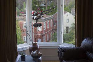 Kameradrohne filmt durchs Wohnzimmerfenster