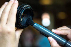 Urlaubsfotos Tipps: Objektiv mit einem Pinsel reinigen