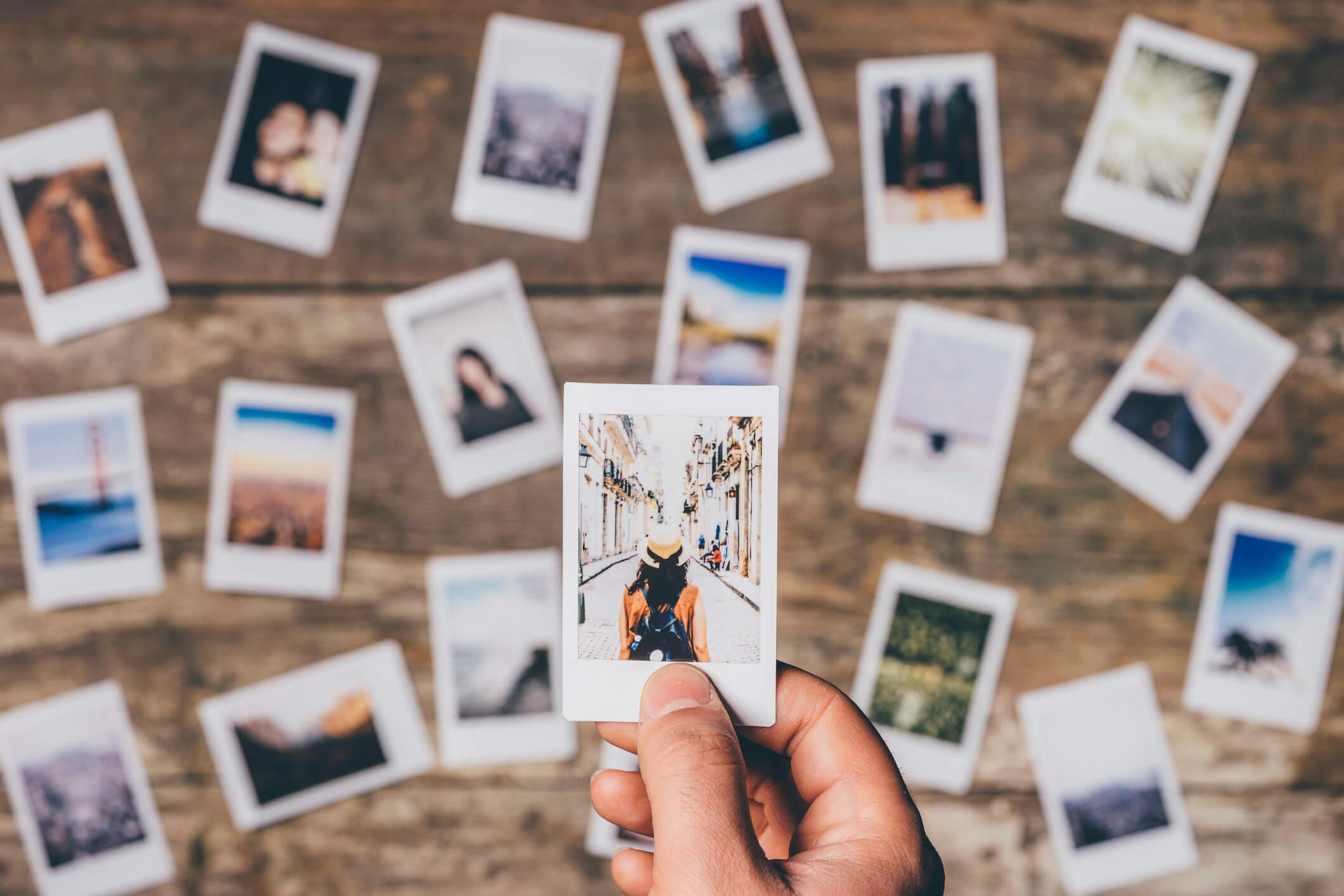 Urlaubsfotos Tipps: eine Wand voller Polaroids