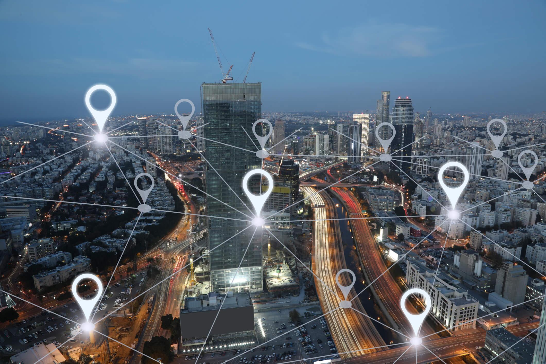 Handy orten per App: GPS-Netzwerk über einer Großstadt