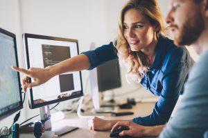 Organisation-Software: Mann und Frau vor einem PC