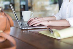 MacBook-Alternativen: Frau tippt auf Laptop